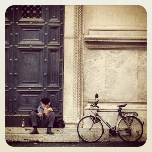 Bike rider reading in Rome (photo by Tui Snider)